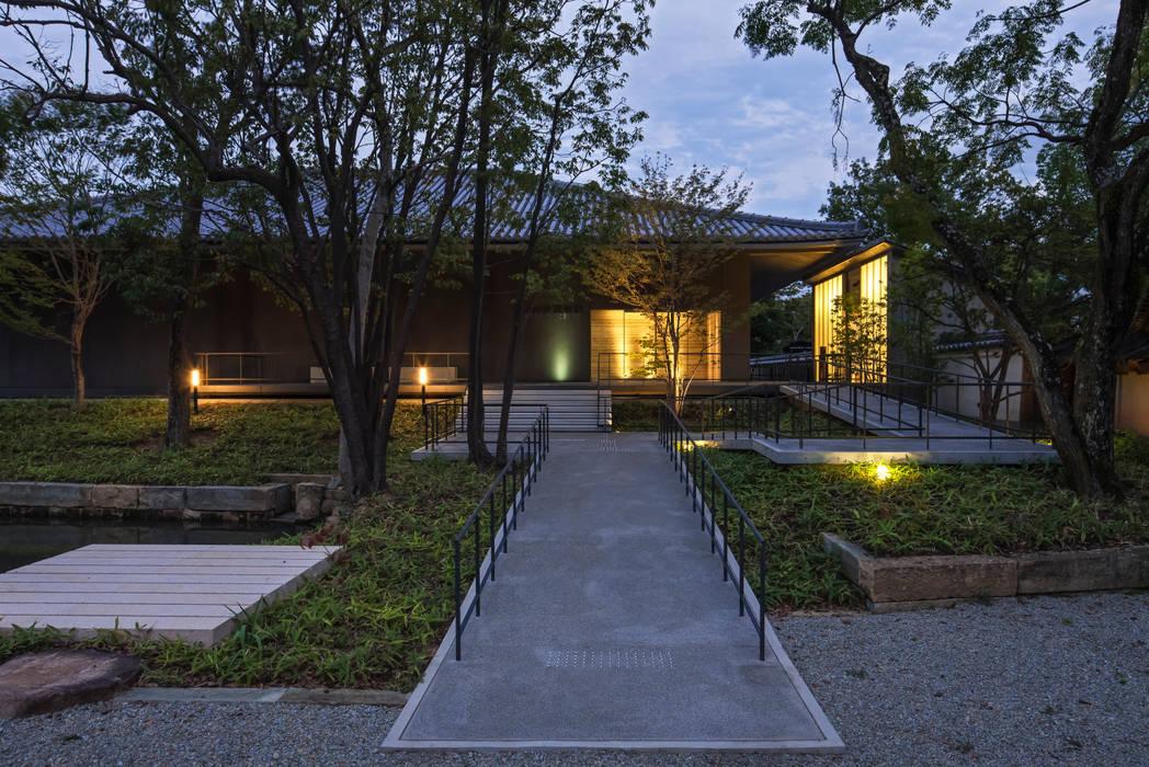 正面玄関 夜景 の 株式会社古田建築設計事務所 和風