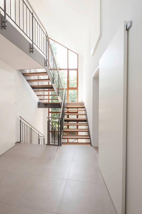 Pasillos y vestíbulos de estilo  por in_design architektur, Moderno