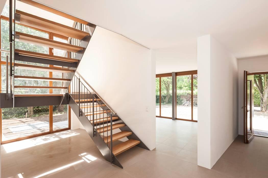 Blick vom Eingangs- zum Wohnbereich :  Flur & Diele von in_design architektur