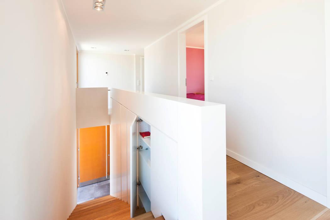 Absturzsicherung mit Stauraum in_design architektur Moderne Wände & Böden