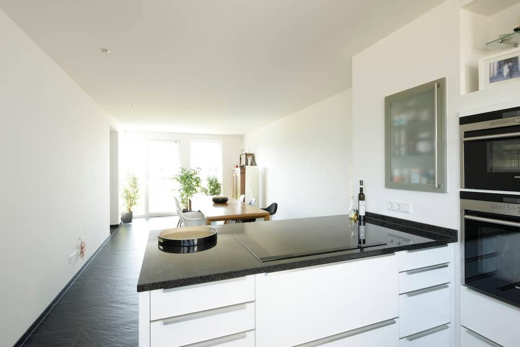 Küche und Essbereich Minimalistische Häuser von in_design architektur Minimalistisch