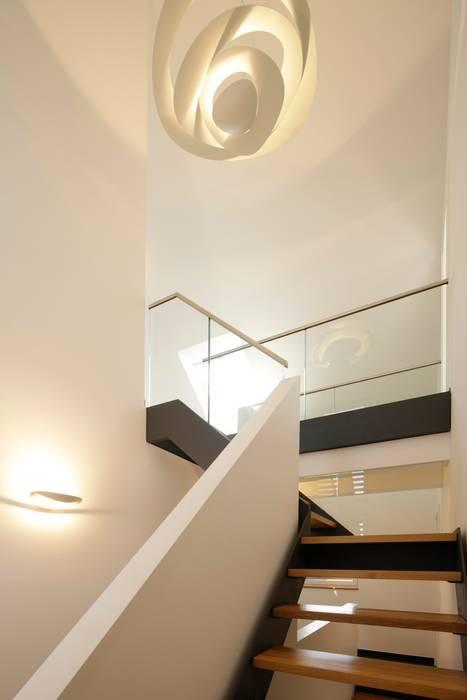 Treppenaufgang OG - DG mit Brücke in das Kinderzimmer Minimalistische Häuser von in_design architektur Minimalistisch