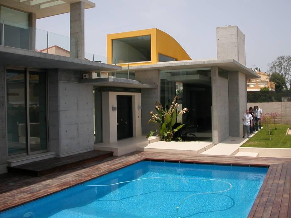 Acceso y piscina: Piscinas de estilo mediterráneo de garcia de leonardo arquitectos