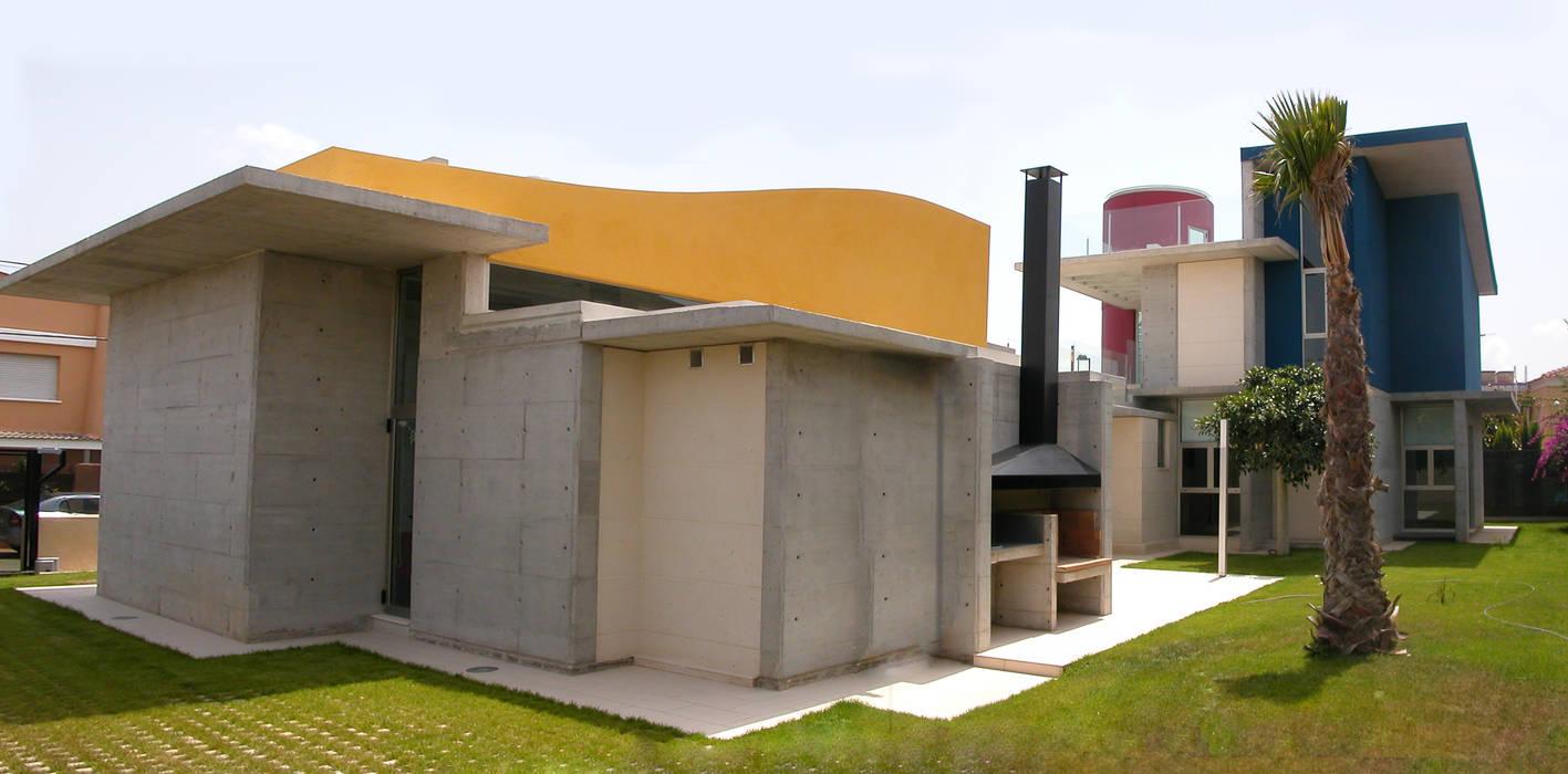 Fachada trasera garcia de leonardo arquitectos Balcones y terrazas de estilo mediterráneo