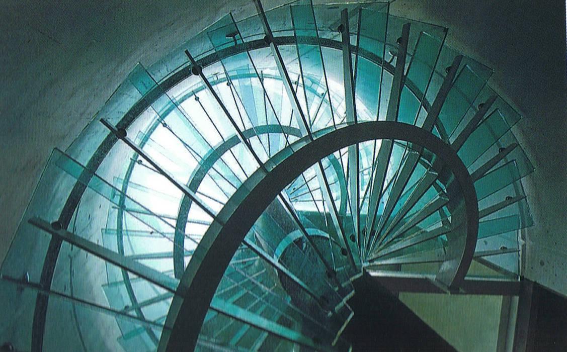 Escalera exenta de vidrio laminado.: Pasillos y vestíbulos de estilo  de garcia de leonardo arquitectos