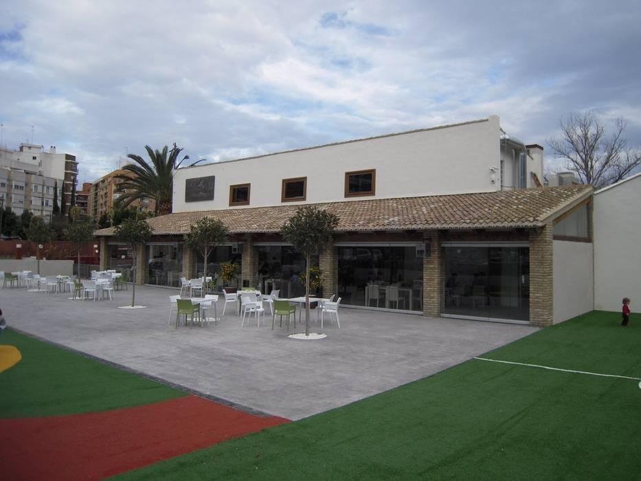 Porche con terrazas: Locales gastronómicos de estilo  de garcia de leonardo arquitectos