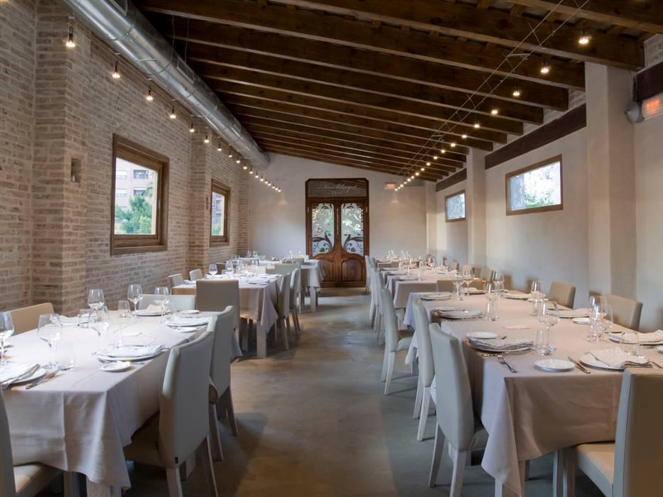 planta alta: Locales gastronómicos de estilo  de garcia de leonardo arquitectos
