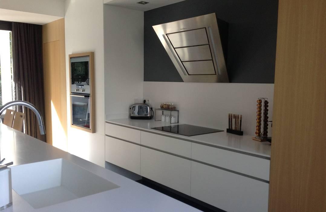 cuisine laqu blanc ch ne blanchi et corian cuisine de style par myriam galibert amenagement. Black Bedroom Furniture Sets. Home Design Ideas