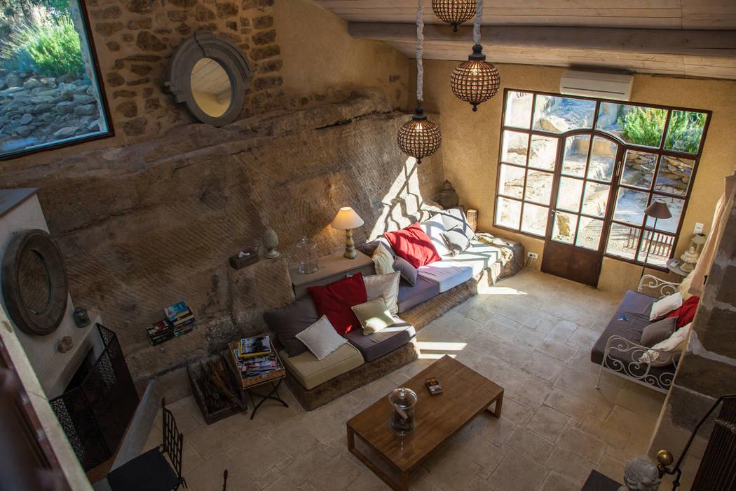 Salon dans une ancienne grange : Hôtels de style  par Franck Fouquet