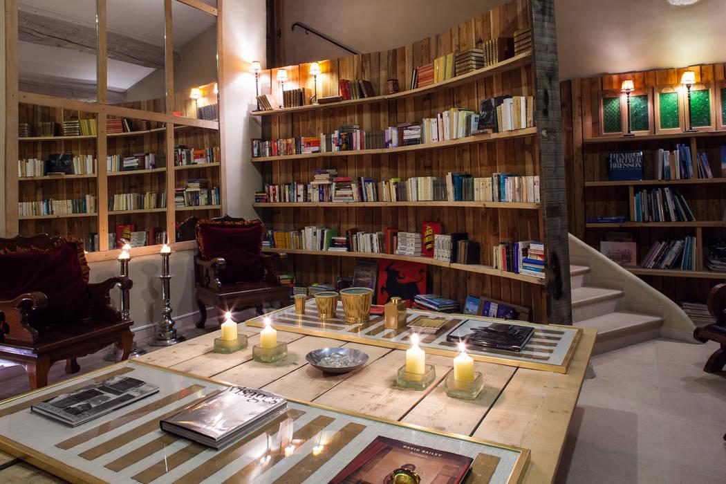 Bibliothèque dans le salon Hôtels ruraux par Franck Fouquet Rural