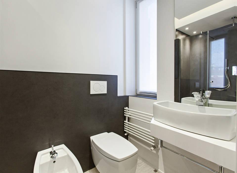 Baños de estilo moderno de Arch. Andrea Pella Moderno