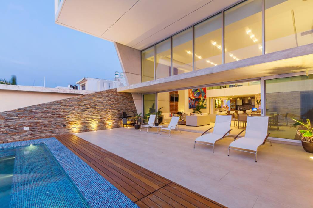 Minimalist house by Enrique Cabrera Arquitecto Minimalist
