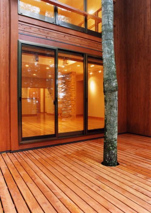 ウッドデッキテラス オリジナルデザインの テラス の PAPA COMPANY ARCHITECTURAL WORKS. /パパカンパニー1級建築士事務所 オリジナル