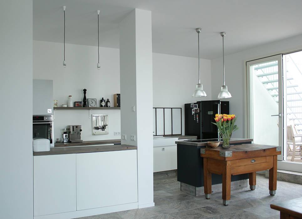Wohnküche im vintage-look: küche von berlin interior design | homify