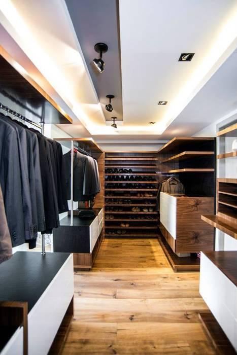 Veramonte I: Vestidores y closets de estilo  por Sobrado + Ugalde Arquitectos
