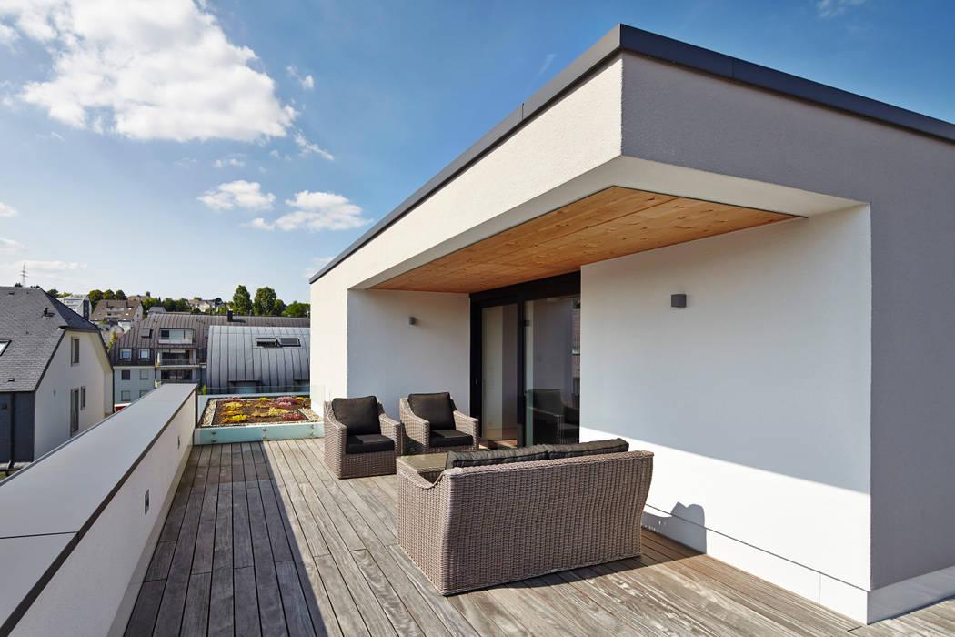 Bruck + Weckerle Architekten Modern style balcony, porch & terrace