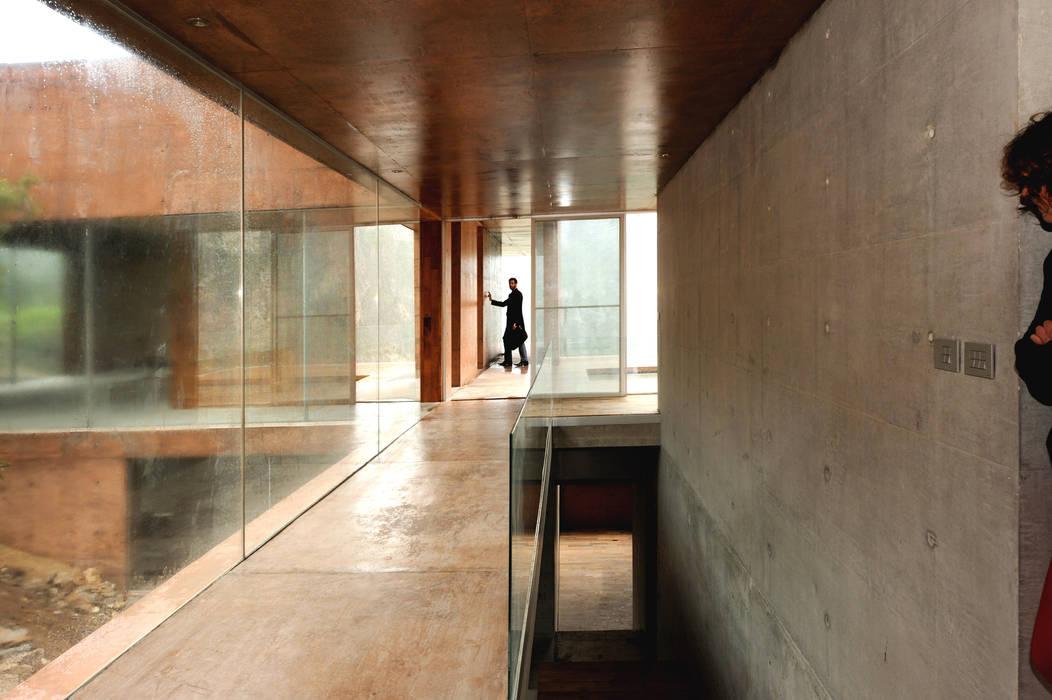 Narigua House P+0 Arquitectura Modern corridor, hallway & stairs