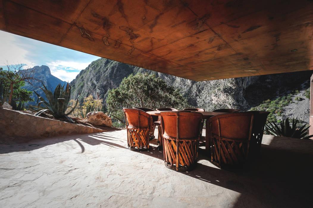 Narigua House Rustikaler Balkon, Veranda & Terrasse von P+0 Arquitectura Rustikal