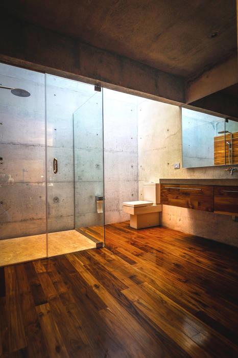 Narigua House Modern bathroom by P+0 Arquitectura Modern