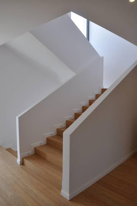 Dom D&J Nowoczesny korytarz, przedpokój i schody od Pracownia Projektowa Ola Fredowicz Nowoczesny