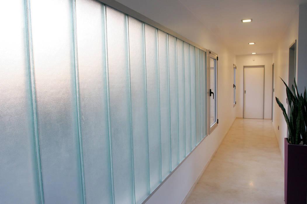Minimalist corridor, hallway & stairs by ESTUDIO GEYA Minimalist