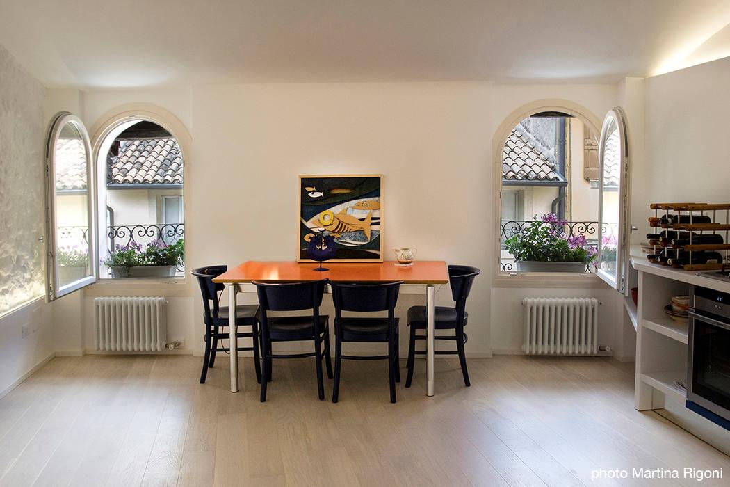 zona pranzo Sala da pranzo minimalista di moovdesign Minimalista
