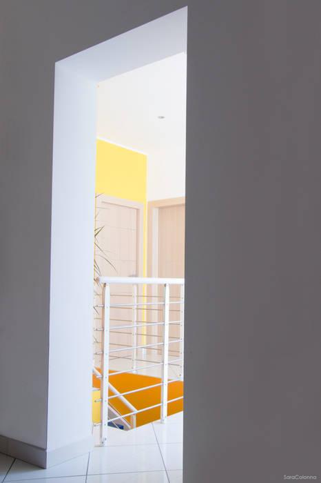 Vista verso il disimpegno: Ingresso & Corridoio in stile  di Studio tecnico associato 'Il Progetto'