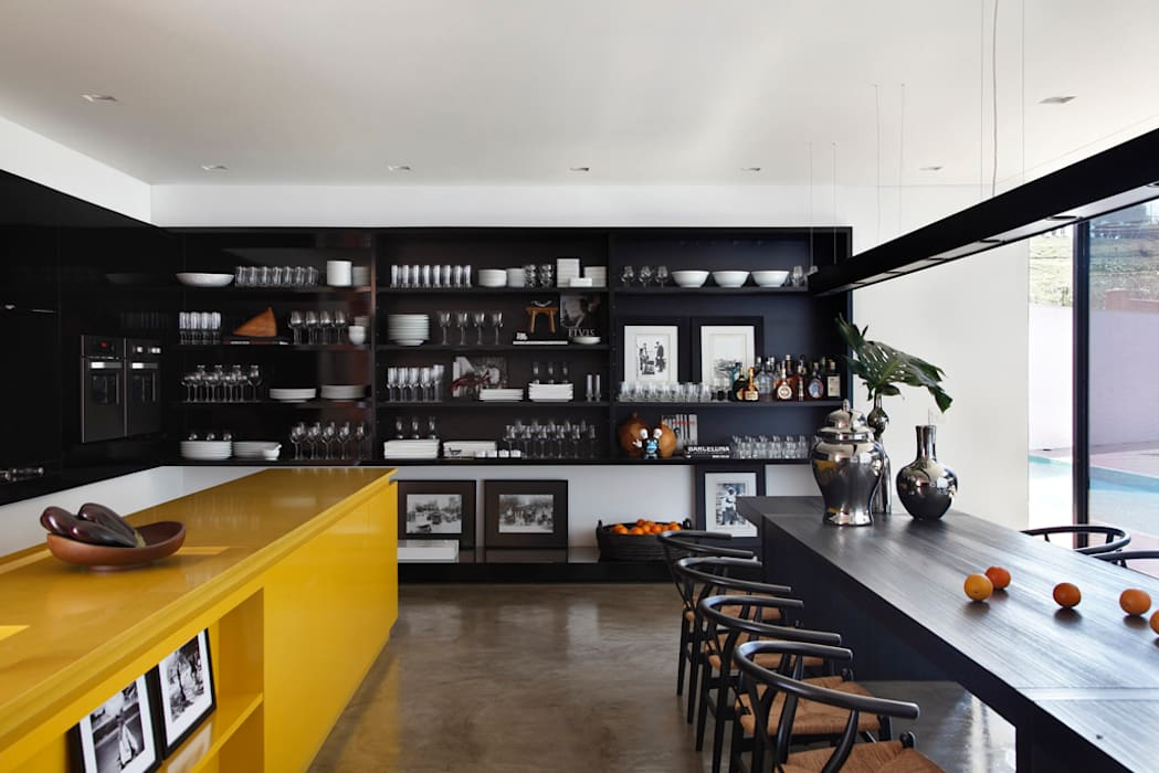 LA HOUSE Modern kitchen by STUDIO GUILHERME TORRES Modern