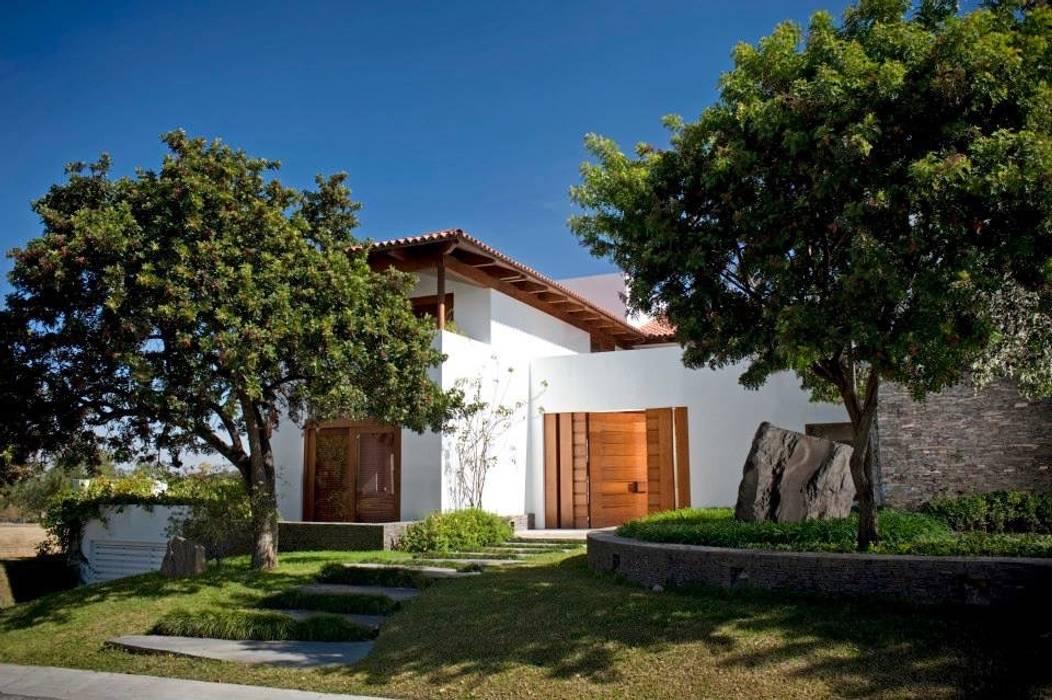 Fachada a la calle: Casas de estilo moderno por Taller Luis Esquinca