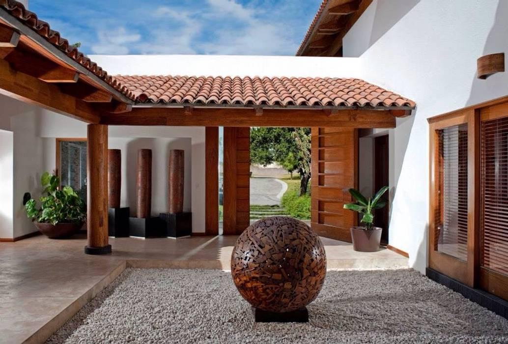 Casa en las Lomas, 2010: Casas de estilo  por Taller Luis Esquinca, Moderno