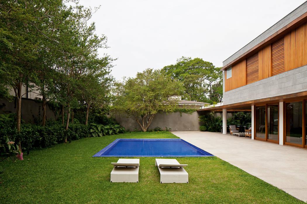 MR House/Casa MR: Piscinas  por Pascali Semerdjian Arquitetos