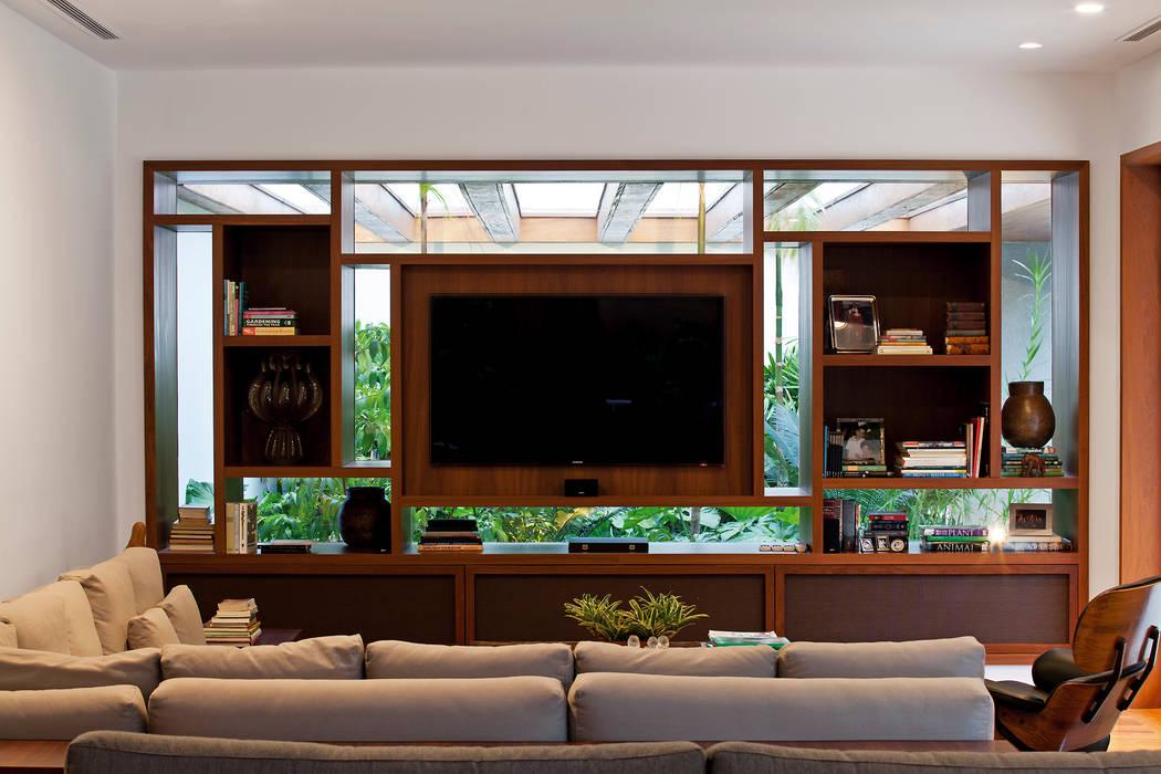 MR House/Casa MR: Salas multimídia  por Pascali Semerdjian Arquitetos