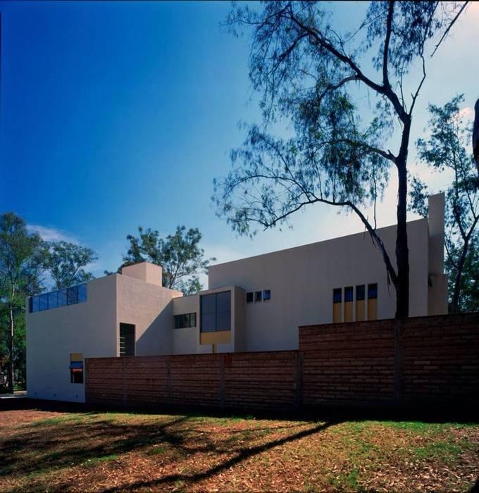 fachada norte: Casas de estilo moderno por Taller Luis Esquinca