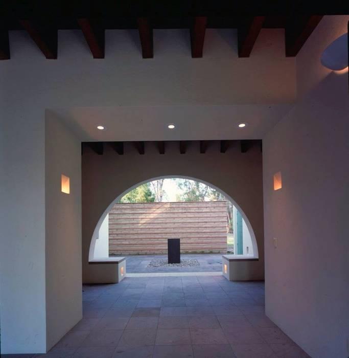 vestíbulo principal exterior: Terrazas de estilo  por Taller Luis Esquinca,