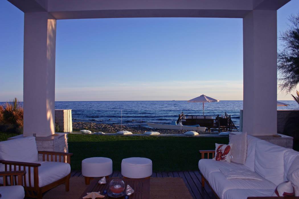 villa unifamiliare sulla costa laziale: Cucina in stile in stile Mediterraneo di Franco Bernardini Architetto
