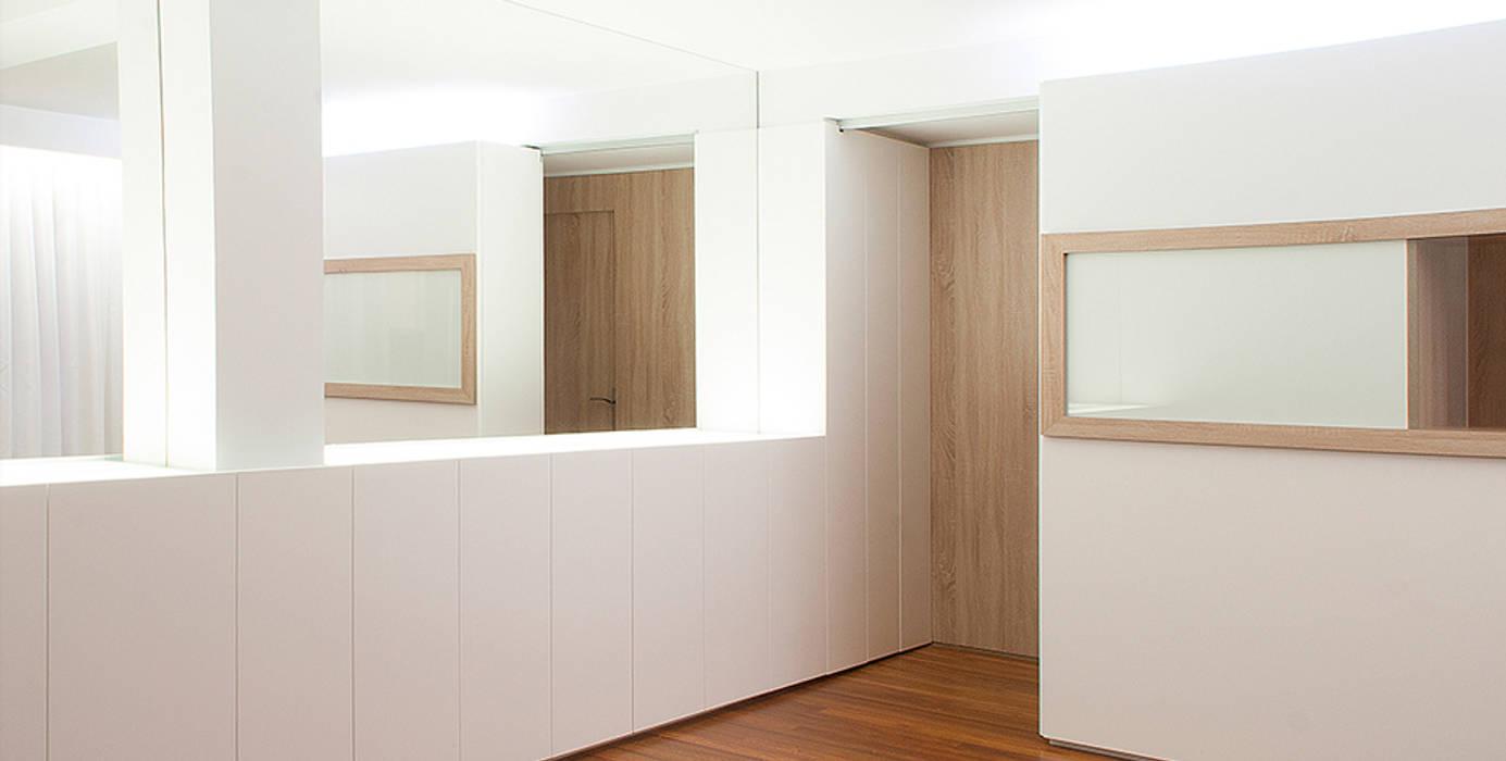 Estudio TYL Modern corridor, hallway & stairs