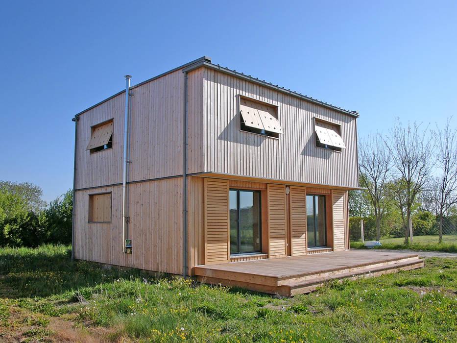 Vue du sud ouest: Maisons de style de style Moderne par ABA - Architecture Bioclimatique Auvergne