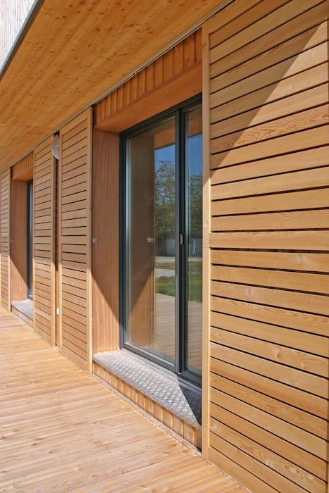 Vue de détail de la façade sud: Maisons de style  par ABA - Architecture Bioclimatique Auvergne