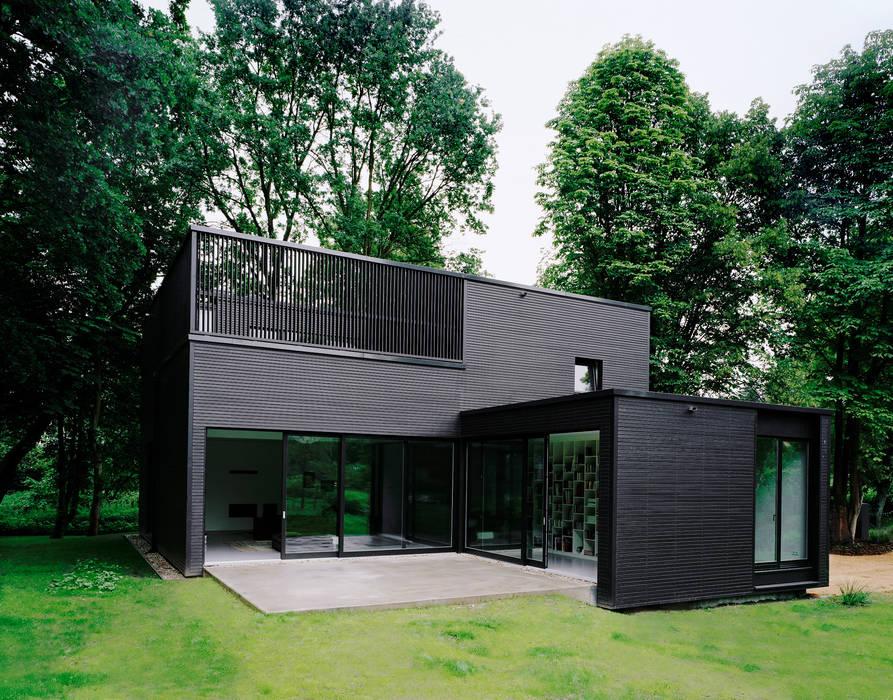 Privathaus bei Berlin:  Häuser von IOX Architekten GmbH,Minimalistisch