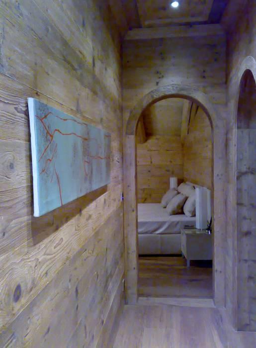 corridoio notte: Camera da letto in stile in stile Moderno di arch patrizia cagliani