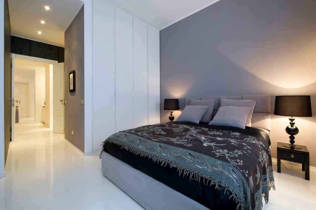 Appartamento via Goldoni: Camera da letto in stile  di Studio 02 Milano