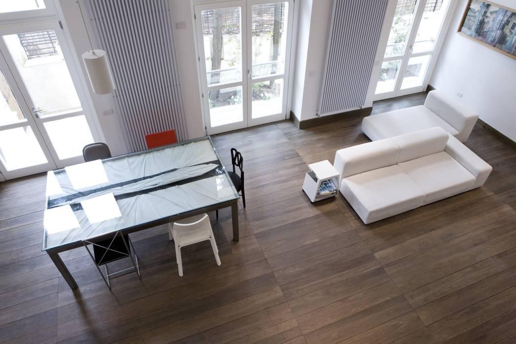 CASA AL GIANICOLO Sala da pranzo moderna di na3 - studio di architettura Moderno Legno Effetto legno