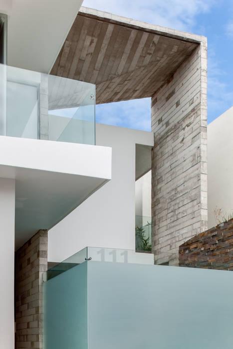 Casas de estilo ecléctico de Taller ADC Architecture Office