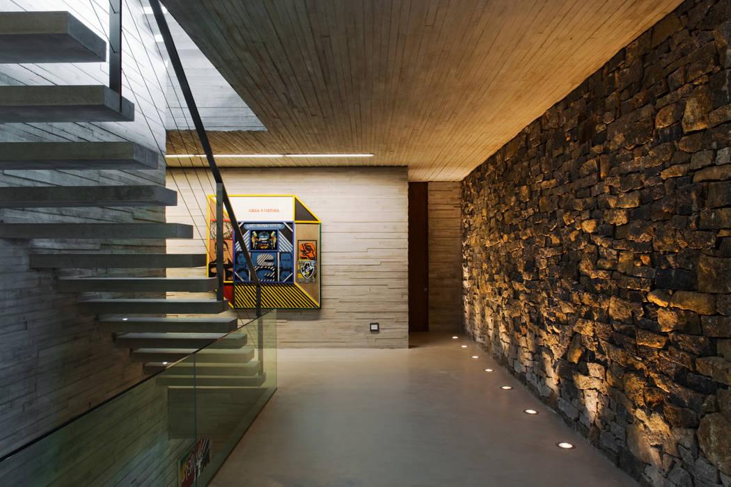 Paraty House: Corredores e halls de entrada  por Studio MK27