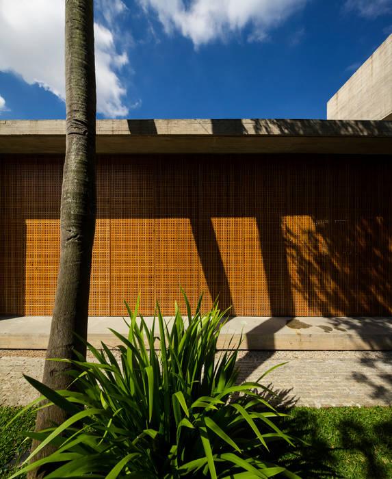 P House: Casas  por Studio MK27,