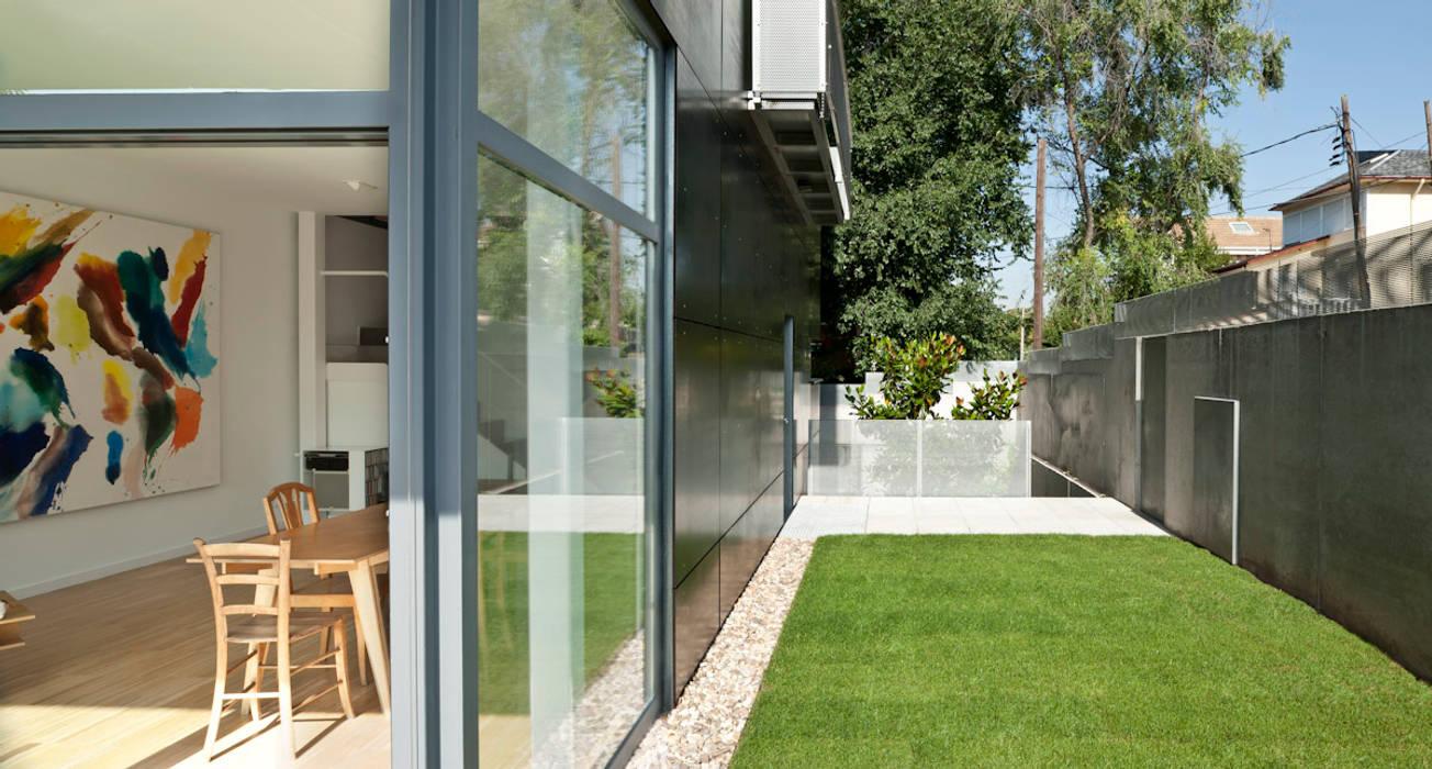 jardín privado: Jardines de estilo minimalista de hollegha arquitectos