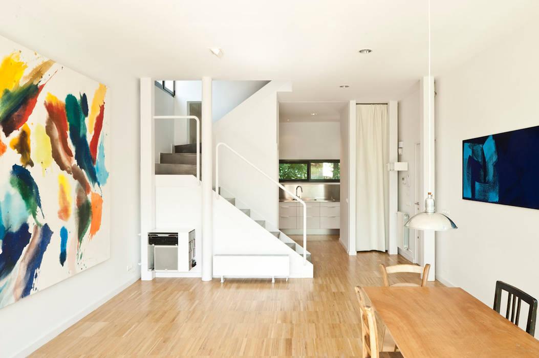 comedor, cocina y subida a salón privado hollegha arquitectos Pasillos, vestíbulos y escaleras de estilo minimalista