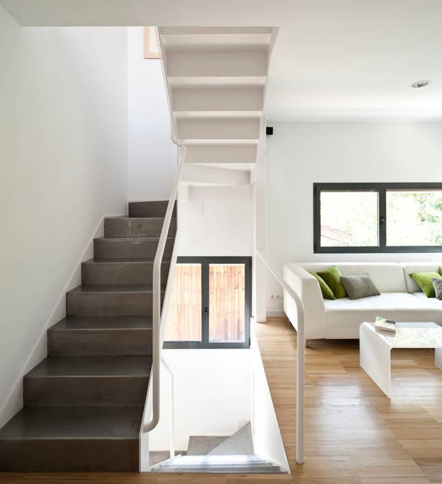 salón y escalera: Pasillos y vestíbulos de estilo  de hollegha arquitectos