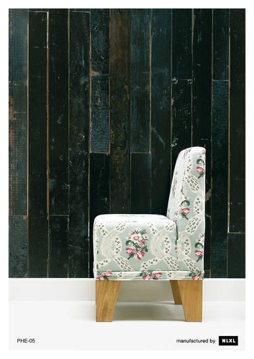 Scrapwood Wallpaper PHE-05 de ROOMSERVICE DESIGN GALLERY Escandinavo