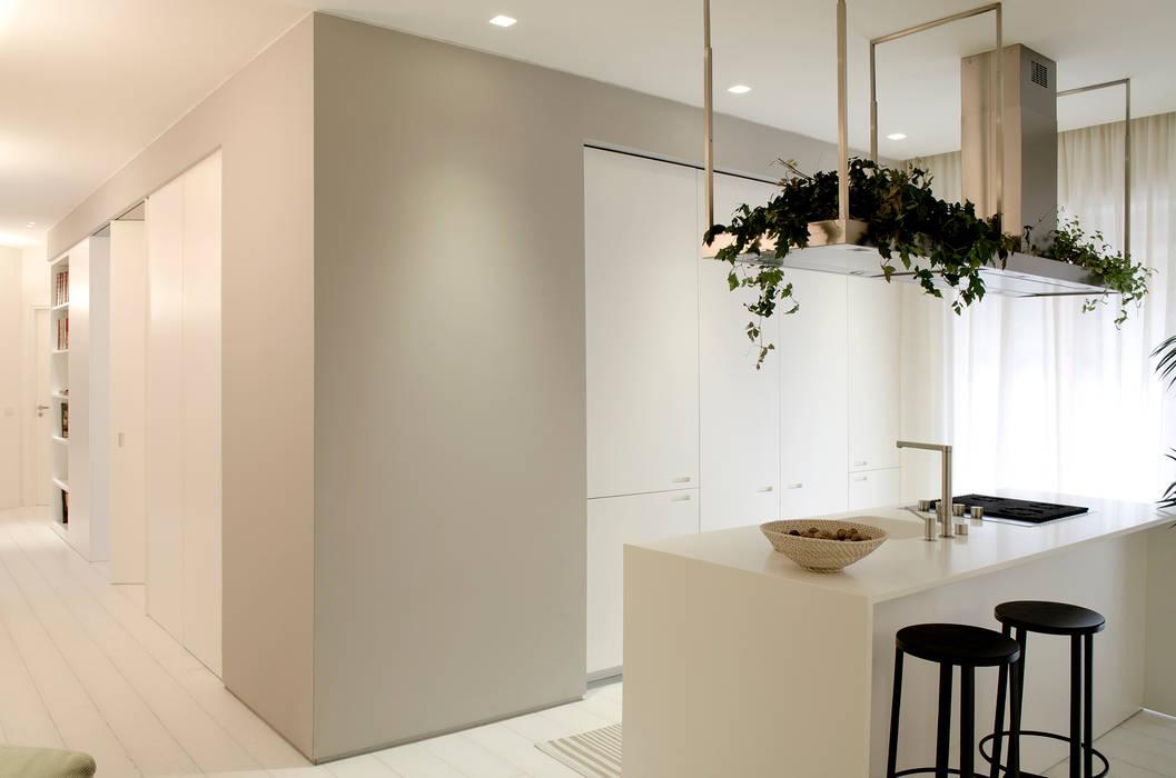 Private House Renovation: Cucina in stile  di Area-17 Architecture & Interiors